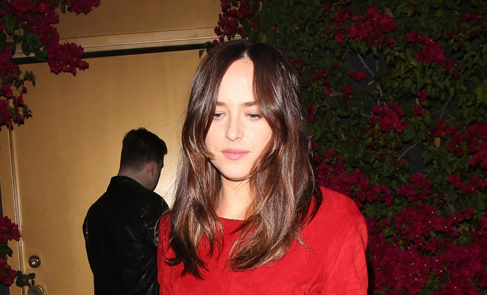 Dakota Johnson se marca un total look en rojo